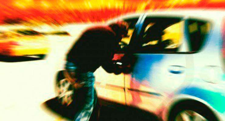 Ladrão roubando carro