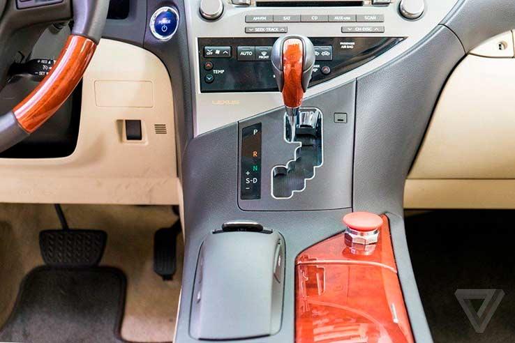 Carros autônomos: botão vermelho funciona como chave de desligamento do sistema.