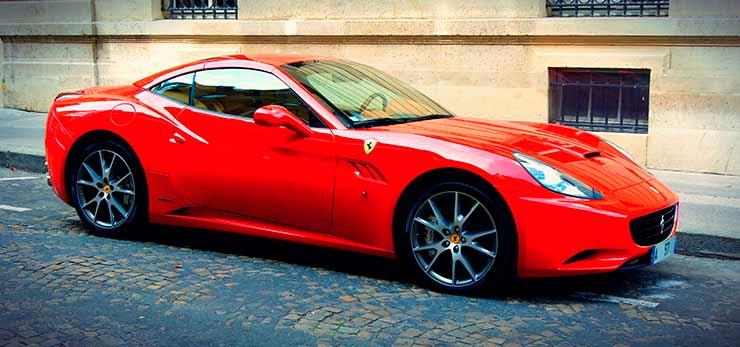 Já pensou em dirigir uma Ferrari? Legal. Já pensou em BATER uma Ferrari?