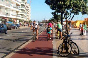 Ciclistas compartilhando espaço com motoristas e pedestres