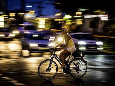 É importante que motoristas e ciclistas fiquem atentos no trânsito.