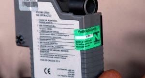Esse é o bafômetro usado pela polícia brasileira. Saiba em quais aspectos ele é diferente do bafômetro portátil.