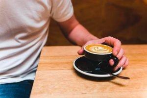 Na hora de economizar dinheiro, não corte o cafezinho que te deixa feliz.