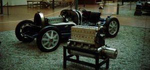 Chassi de um Bugatti, junto com motor