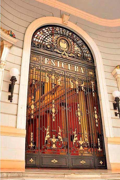 Seguros em Cuba: foto da porta da seguradora Esicuba
