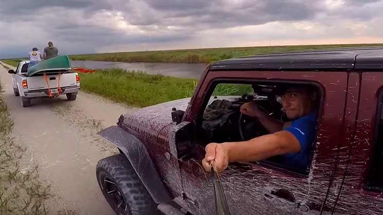 Homem bate seu jeep graças a um pau de selfie.