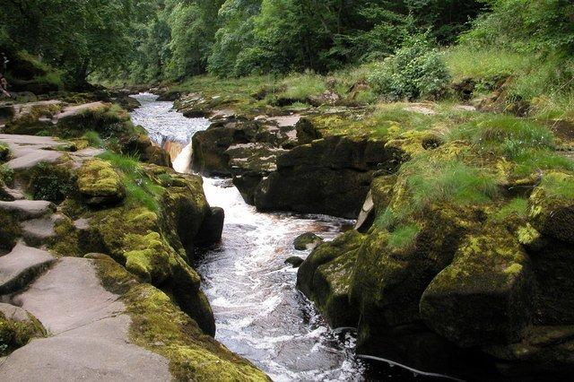 Esse riacho na Inglaterra tem correnteza fortissima e profundidade desconhecida