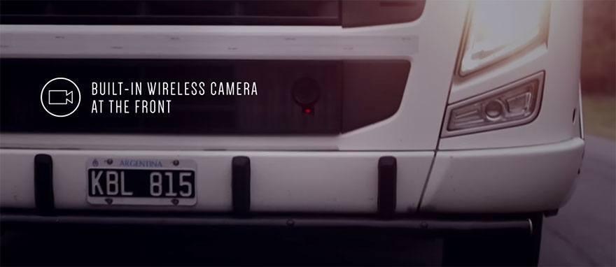 O sistema do Safety Truck da Samsung funciona com uma câmera na frente do caminhão, que indica em telas na parte traseira se a ultrapassagem é segura