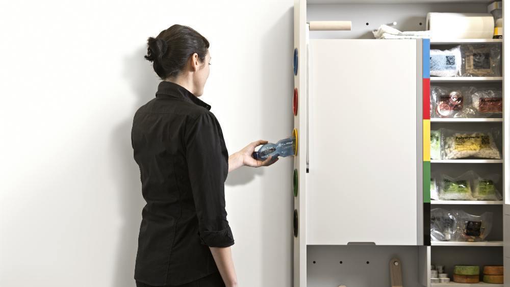 cozinha do futuro: Aqui, a demonstradora usa o aparelho de reciclagem portátil, que seleciona e armazena em compartimentos o lixo reciclável.