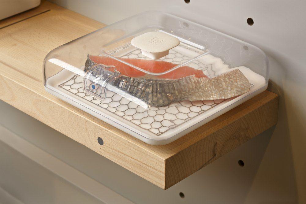 Na cozinha do futuro, não existe mais geladeiras, que são substituídas por bandejas climatizadas, incorporando a comida ao ambiente.