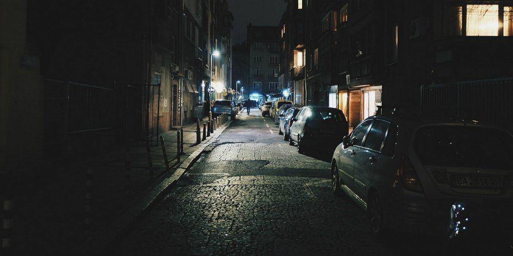 Outra dica para evitar furto de carro é não parar em vagas menos iluminadas.