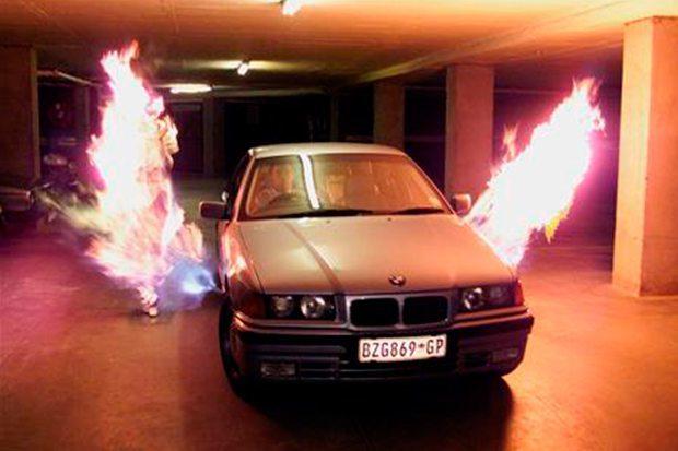 Carro protegido por lança chamas