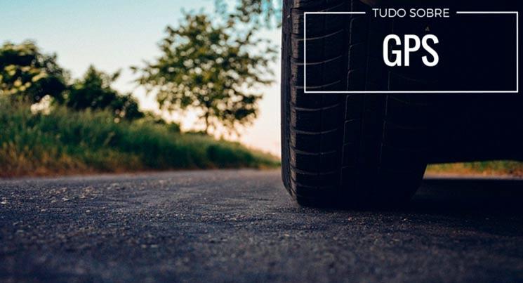 """Imagem de roda de carros na estrada com a descrição """"Tudo sobre GPS"""""""