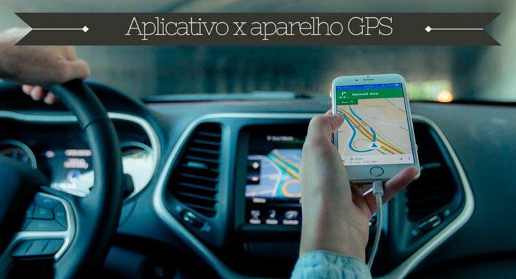 """Imagem de um celular na estrada mostrando o caminho através do GPS com a descrição """"Aplicativo x aparelho GPS"""""""