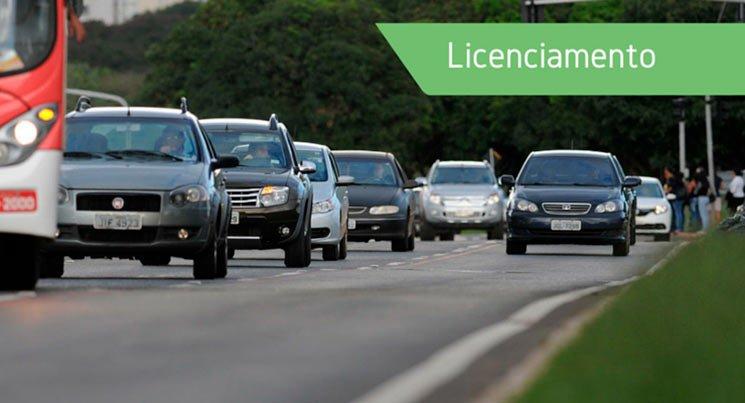 """Imagem de vários carros na estrada com a descrição """"Licenciamento"""""""