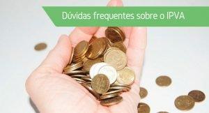 """Uma mão cheia de moedas com a frase """"Dúvidas frequentes sobre o IPVA"""""""