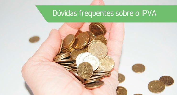 """Uma mão cheia de moedas com a frase """"Dúvidas frequentes sobre o IPVA"""" para tirar dúvidas do IPVA 2018"""