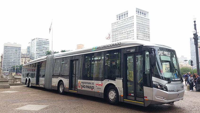ônibus paulistano circulando pela cidade