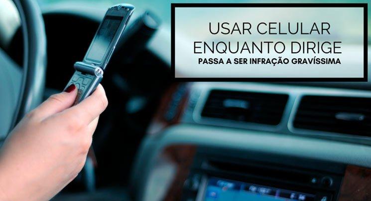 """Imagem de uma pessoa mexendo no celular dentro do carro com a descrição """"Usar celular enquanto dirige passa a ser infração gravíssima"""""""