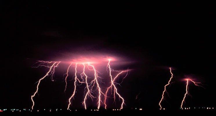 Imagem de raios atingindo a cidade