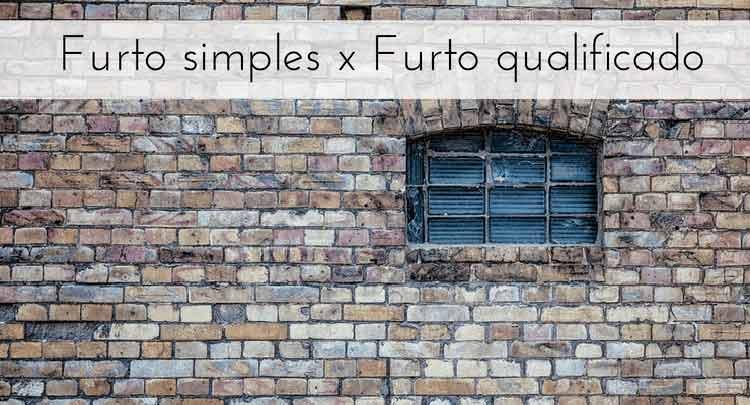 """Imagem de janela com a parede de tijolos com a descrição """"Furto simples x Furto qualificado"""""""