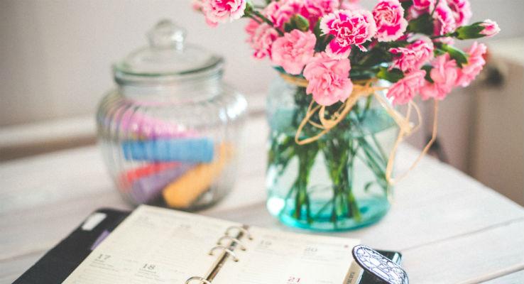 flores sobre mesa de trabalho