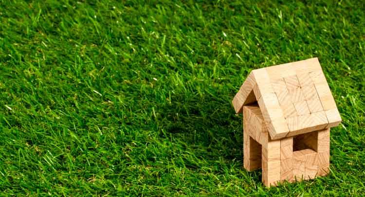 imagem de casinha de blocos montada na grama