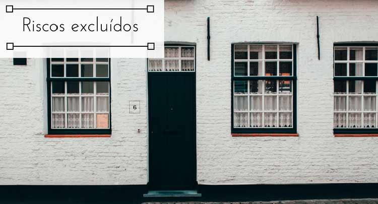 """Imagem de uma casa com paredes brancas, com portas e janelas pretas com a descrição """"Riscos excluídos"""""""