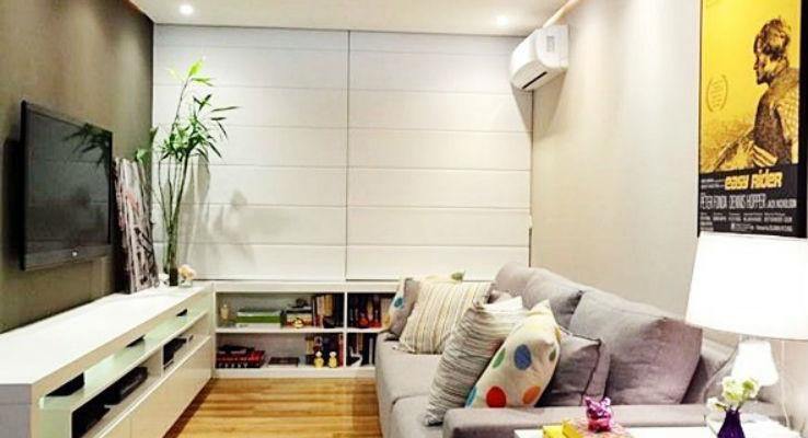 sala estreita com sofa