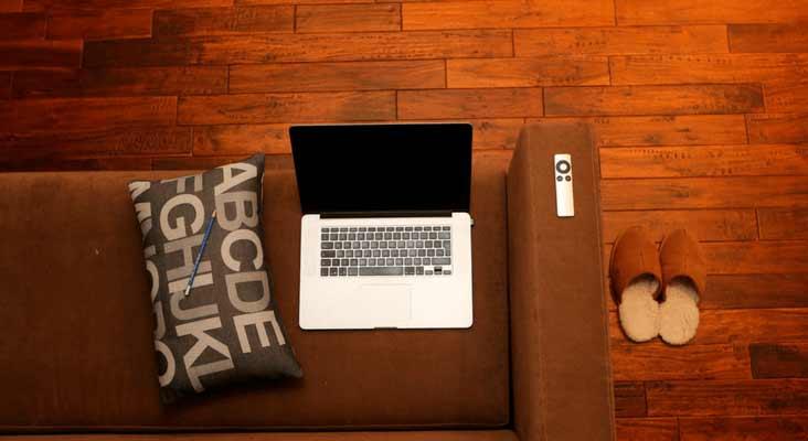 imagem de notebook no sofá