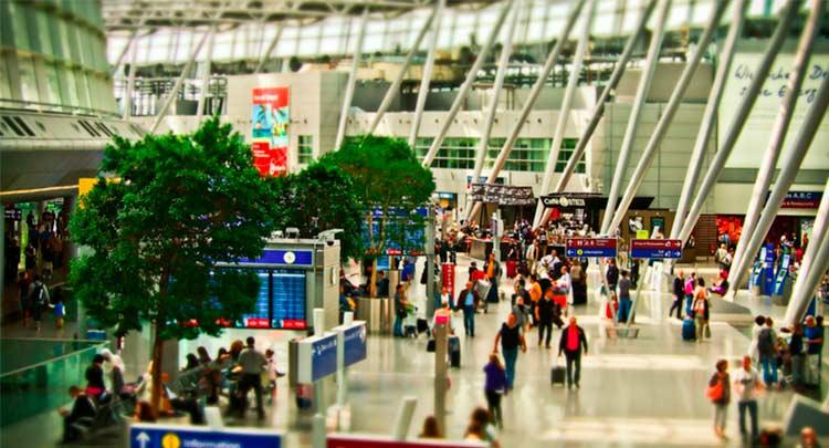 imagem de um aeroporto cheio para ilustrar os riscos excluídos da cobertura para bagagem do seguro viagem