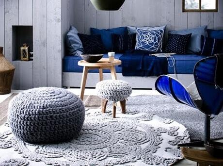 imagem de uma sala azul com crochê