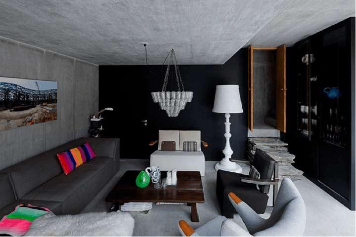 Imagem de uma sala em tons pretos e cinzas