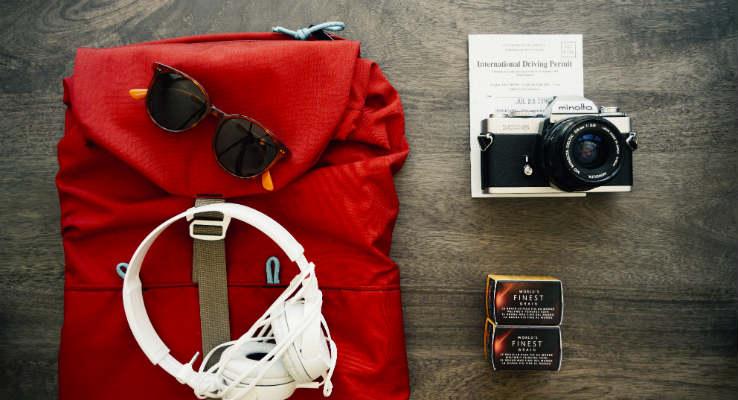 mochila com itens de viagem