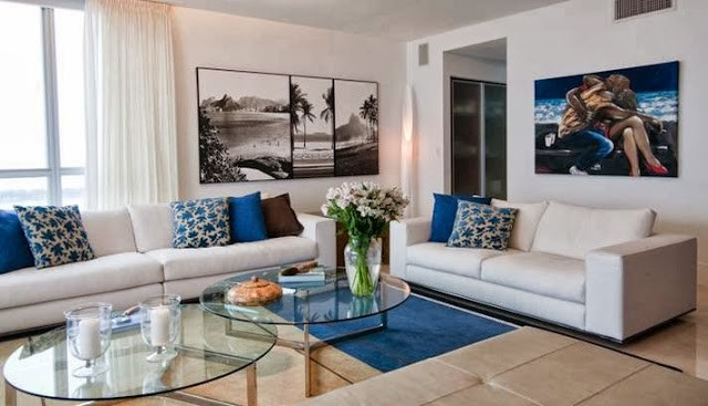 imagem da sala de estar com quadros