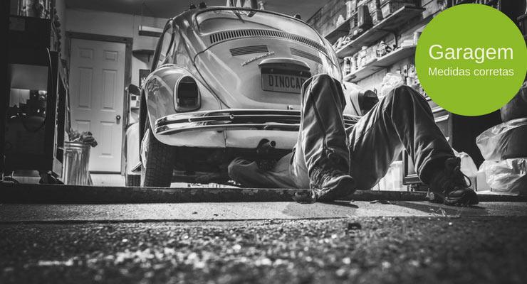 """imagem de um homem mexendo no motor do carro dentro de uma garagem com a legenda """"garagem: medidas corretas"""""""