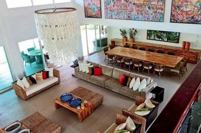 imagem de uma sala com teto alto decorada com quadros