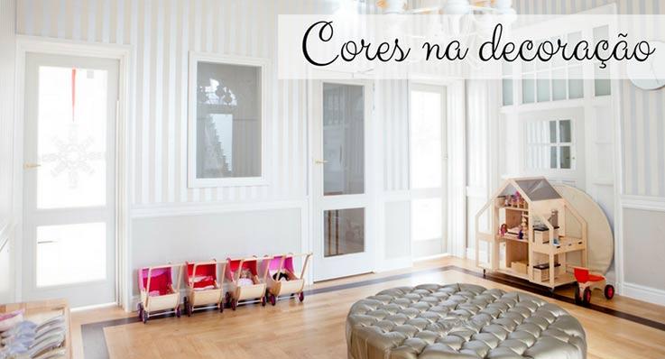 """imagem de um quarto branco com a legenda """"cores na decoração"""""""