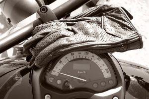 As luvas são um equipamento essencial para a segurança dos motociclistas.