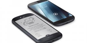 As duas telas do YotaPhone 2: a tela frontal, acima, e a tela traseira, abaixo