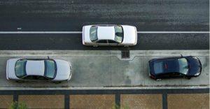 Carro fazendo baliza na rua