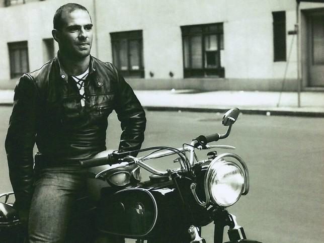 Oliver Sacks sobre sua moto na juventude.