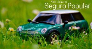 """Imagem de uma miniatura de carro verde na grama com a legenda """"Azul Seguros - Seguro Popular Azul"""""""