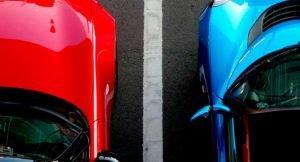 imagem de dois carros estacionados em vagas de estacionamento