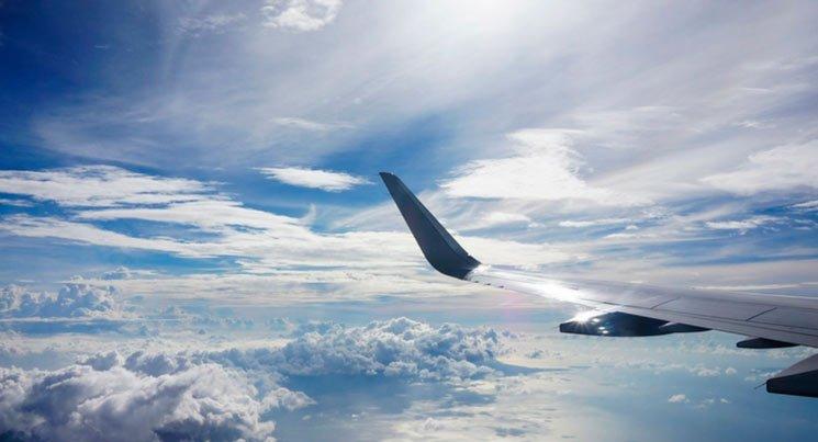 Imagem da asa de um avião para ilustrar o post sobre imposto em viagens
