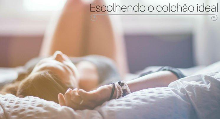 """imagem de uma mulher deitada na cama com a legenda """"escolhendo o colchão"""""""