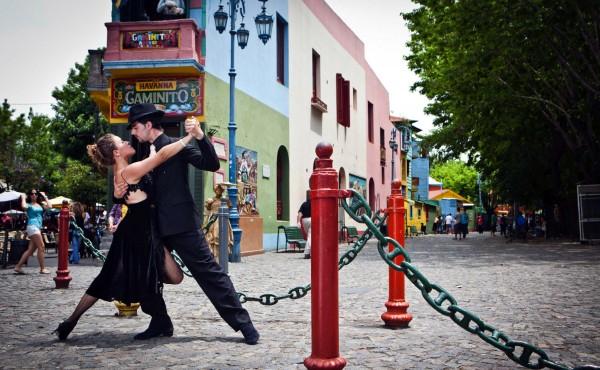 Apresentação de tango em rua de Buenos Aires