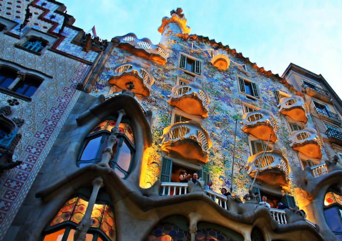 Obra de Gaudí, fazendo parte da arquitetura típica da Catalunha