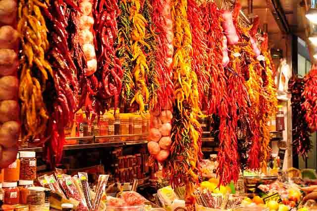 comida exposta em mercado de Barcelona
