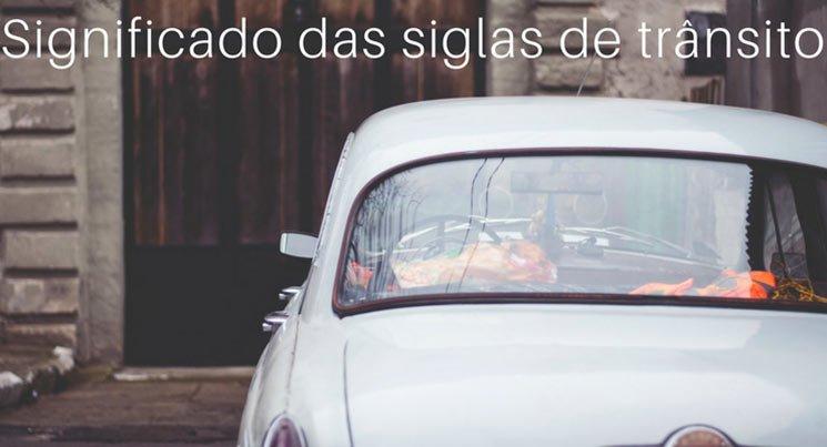 """Foto de um carro de trás, com a legenda """"significado das sigas de trânsito"""""""